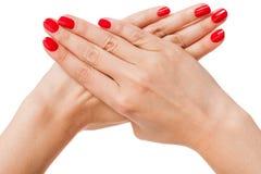 Женщина с красивыми деланными маникюр красными ногтями Стоковые Фотографии RF