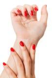 Женщина с красивыми деланными маникюр красными ногтями Стоковое Изображение