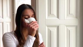 Женщина с красивым маникюром держа чашку чаю акции видеоматериалы