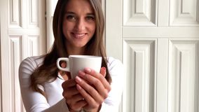 Женщина с красивым маникюром держа чашку чаю видеоматериал