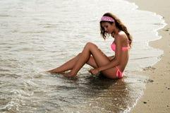 Женщина с красивым телом на тропическом пляже стоковые фото
