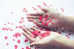 Женщина с красной бумажной формой сердца на белой предпосылке Любовь Стоковая Фотография RF