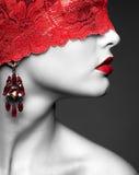 Женщина с красной кружевной лентой на глазах стоковое фото rf