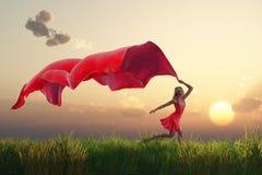 Женщина с красной тканью на поле иллюстрация вектора