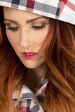 Женщина с красными волосами в близком взгляде клобука шотландки вниз Стоковое Изображение
