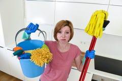 Женщина с красными волосами в перчатках резины моя держа mop и веник ведра чистки Стоковые Изображения RF
