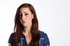 Женщина с красными волосами прокалывает губы Стоковое Изображение