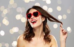 Женщина с красными губной помадой и сердцем сформировала тени Стоковое Изображение RF