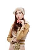 Женщина с красным бумажным сердцем на белой предпосылке стоковое фото