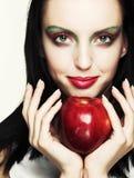 Женщина с красным яблоком стоковое изображение