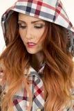 Женщина с красным hairr в смотреть клобука шотландки близкий вниз Стоковое фото RF