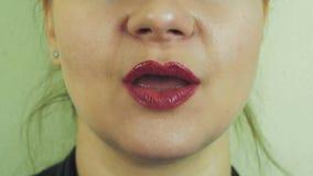 Женщина с красным pomade посылает поцелуй воздуха в передней камере рот зубы Улыбка акции видеоматериалы