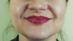Женщина с красным pomade эмфатически поет песню в передней камере рот зубы белые акции видеоматериалы