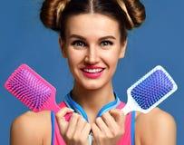Женщина с красочными розовыми и белыми большими квадратными щетками гребня волос Стоковая Фотография RF