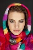 Женщина с красочными шарфами стоковое изображение rf