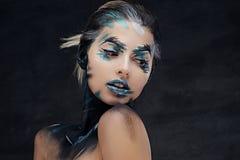 Женщина с красочным составляет и покрасила искусство на шеи стоковое изображение rf