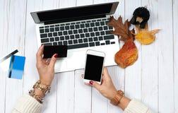 Женщина с кредитной карточкой и портативным компьютером использования Он-лайн принципиальная схема покупкы Стоковые Изображения
