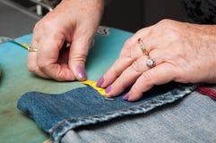 Женщина с кромкой голубых джинсов Стоковые Фотографии RF