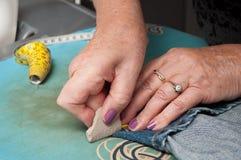 Женщина с кромкой голубых джинсов Стоковое фото RF