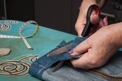 Женщина с кромкой голубых джинсов Стоковое Фото