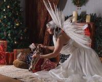 Женщина с крылами ангела и спать мальчиком Стоковые Фотографии RF