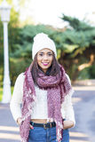 Женщина с крышкой и шарфом, стилем andwinter осени стоковое изображение rf
