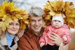 Женщина с кленовыми листами на осени Стоковая Фотография