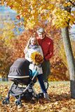Женщина с кленовыми листами на осени Стоковое Изображение RF