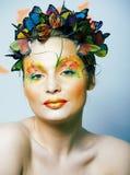 Женщина с летом творческим составляет как предпосылка крупного плана бабочки феи яркая покрашенная стоковые изображения