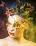 Женщина с летом творческим составляет как предпосылка крупного плана бабочки феи яркая покрашенная стоковые фотографии rf