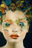 Женщина с летом творческим составляет как предпосылка fairy крупного плана бабочки яркая покрашенная стоковые фотографии rf