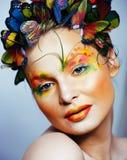 Женщина с летом творческим составляет как предпосылка fairy крупного плана бабочки яркая покрашенная стоковое фото