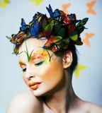 Женщина с летом творческим составляет как предпосылка fairy крупного плана бабочки яркая покрашенная стоковая фотография rf