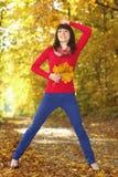Женщина с листьями осени в руке Стоковое Изображение RF