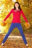 Женщина с листьями осени в руке Стоковое Изображение