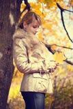 Женщина с листьями осени стоковые фотографии rf