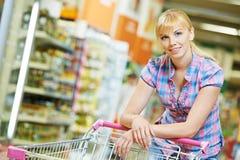 Женщина с магазинной тележкаой Стоковая Фотография RF