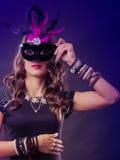 Женщина с маской масленицы венецианской на темноте Стоковая Фотография RF
