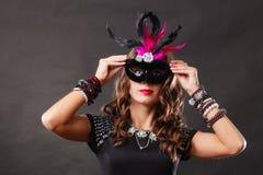 Женщина с маской масленицы венецианской на темноте Стоковое Изображение