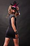Женщина с маской масленицы венецианской на темноте Стоковые Фотографии RF