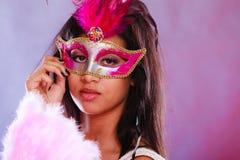 Женщина с маской масленицы держит вентилятор Стоковое фото RF
