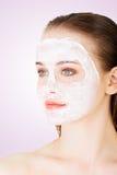 Женщина с маской ухода за лицом глины Стоковые Фото