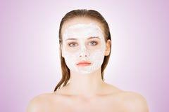 Женщина с маской ухода за лицом глины Стоковое Фото