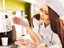 Женщина с машиной кофе. стоковое изображение