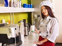 Женщина с машиной кофе стоковая фотография