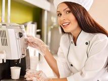 Женщина с машиной кофе стоковое фото rf