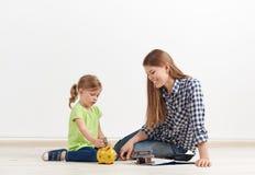 Женщина с маленькой дочерью на стене Стоковые Изображения RF