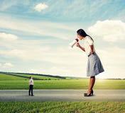 Женщина с мегафоном и малым человеком Стоковые Фотографии RF
