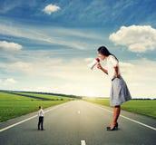 Женщина с мегафоном и малым человеком Стоковые Изображения