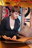 Женщина с меню в узбекском ресторане Стоковая Фотография
